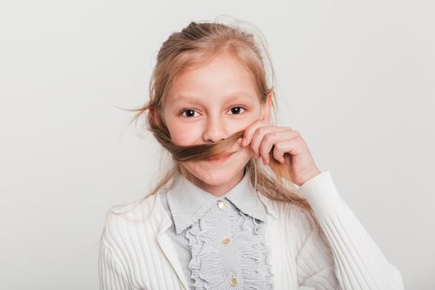 Mała dziewczynka bawić się z jej włosy