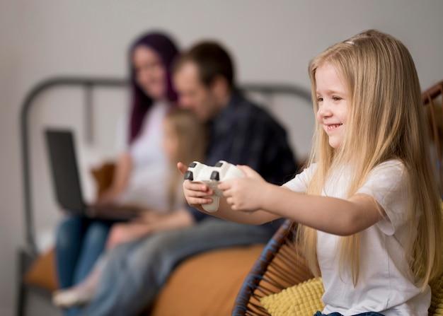 Mała dziewczynka bawić się z joystickiem
