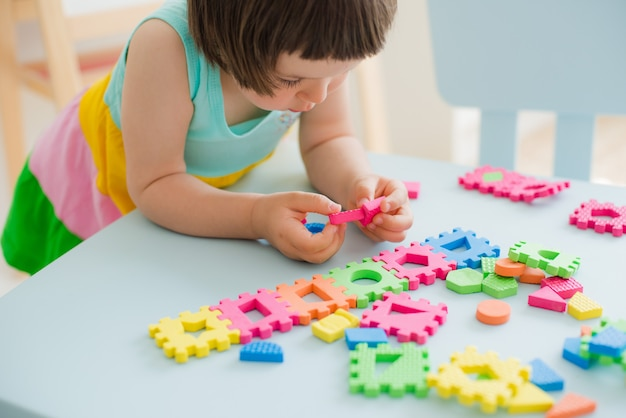 Mała dziewczynka bawić się z łamigłówką, wczesna edukacja
