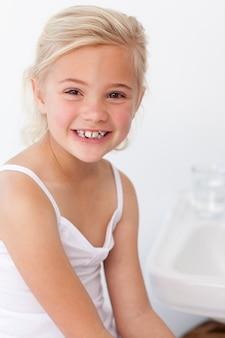 Mała dziewczynka bawić się z lustrem