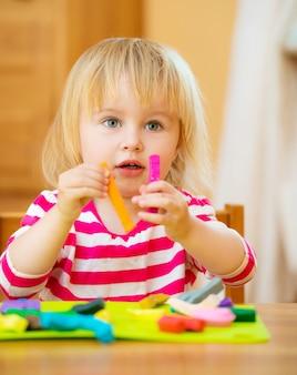 Mała dziewczynka bawić się z plasteliną