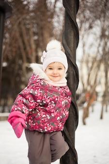 Mała dziewczynka bawić się z tata w parku