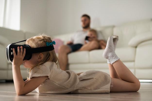 Mała dziewczynka bawić się z vr słuchawki