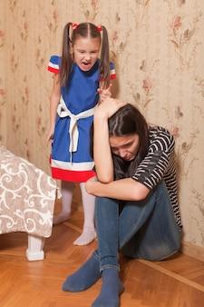 Mała dziewczynka beszta matkę.