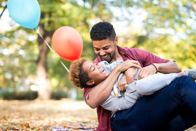 Mała dziewczynka cieszy się miłością ojca na zewnątrz