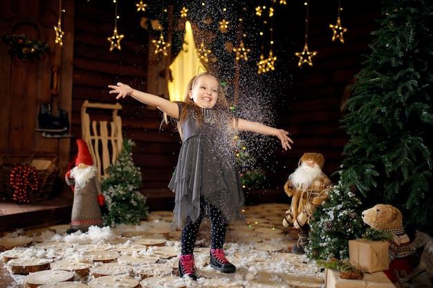 Mała dziewczynka cieszy się świętami bożego narodzenia.
