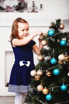 Mała dziewczynka czeka na cud w przygotowaniach do bożego narodzenia