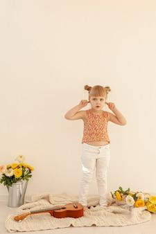Mała dziewczynka czopuje ucho folującego strzał