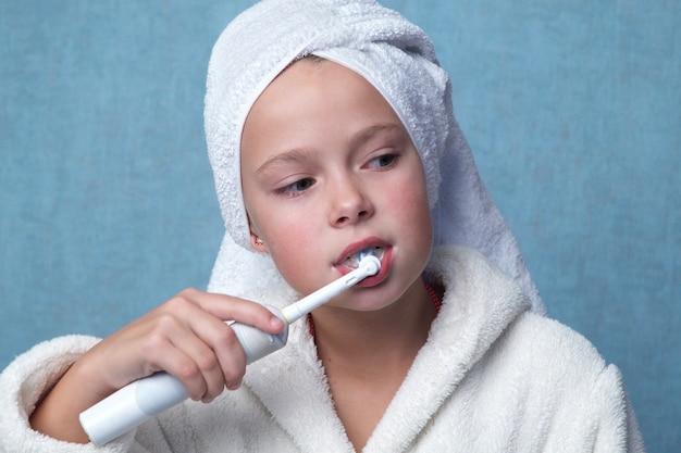 Mała dziewczynka czyszczenia zębów