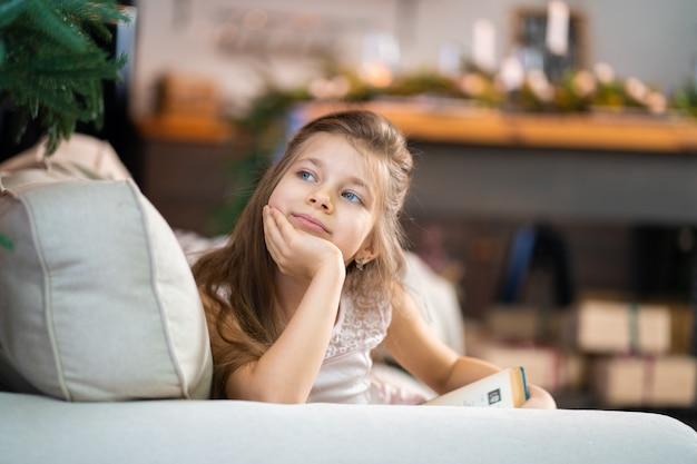 Mała dziewczynka czyta interesującą książkę