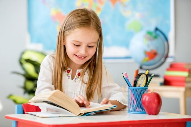 Mała dziewczynka czytanie książki