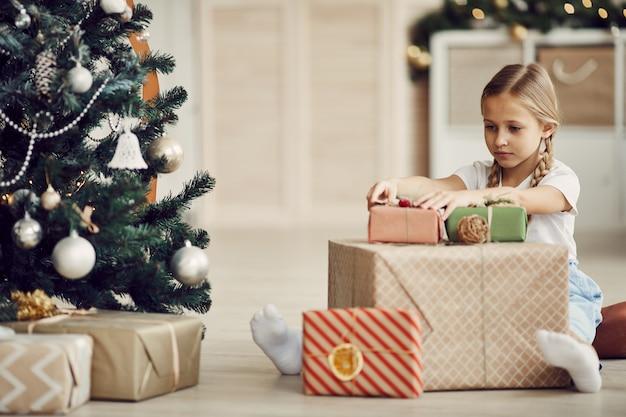 Mała dziewczynka dekorowanie prezentów