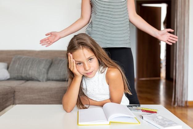 Mała dziewczynka denerwuje się na jej pracę domową