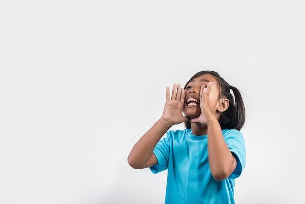 Mała dziewczynka działająca krzyk w studio strzał
