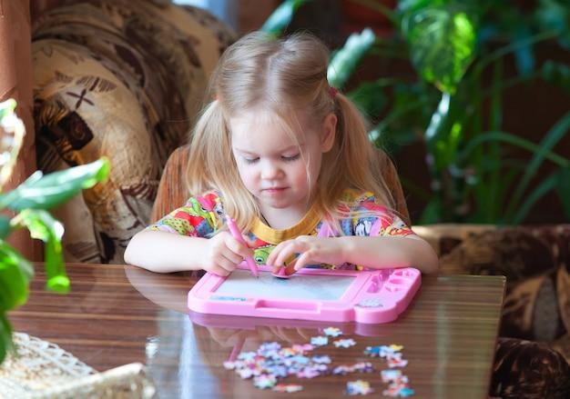 Mała dziewczynka, dziecko z entuzjazmem rysuje