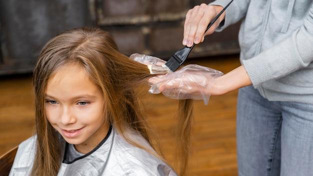 Mała dziewczynka farbuje włosy