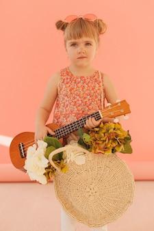 Mała dziewczynka gospodarstwa gitara