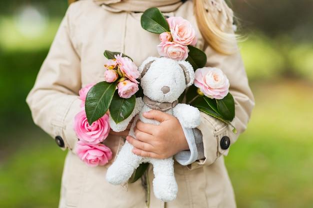 Mała dziewczynka gospodarstwa pluszowe zabawki miś