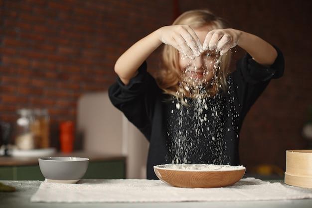 Mała dziewczynka gotować ciasto na ciasteczka