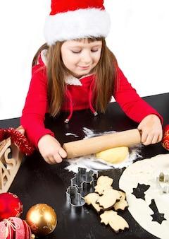 Mała dziewczynka gotuje bożenarodzeniowych ciastka