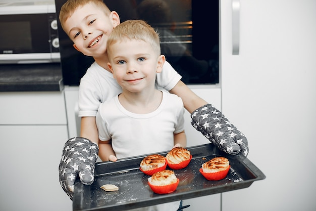 Mała dziewczynka gotuje ciasto na ciasteczka