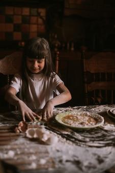 Mała dziewczynka gotuje w kuchni