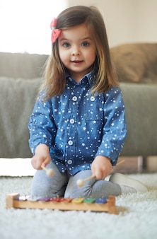 Mała dziewczynka gra na ksylofonie