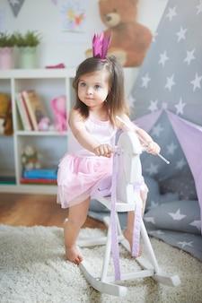 Mała dziewczynka gra w swoim pokoju