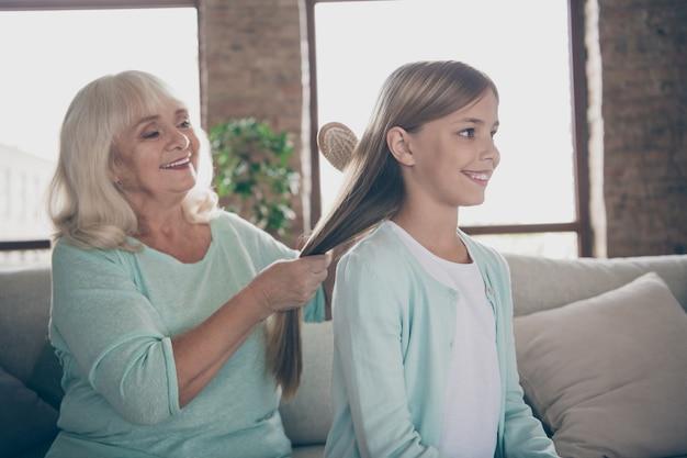 Mała dziewczynka i babcia siedzi na kanapie