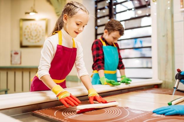 Mała dziewczynka i chłopiec uczą się robić karmel