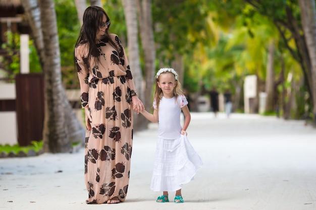 Mała dziewczynka i potomstwo matka na pięknej wyspie