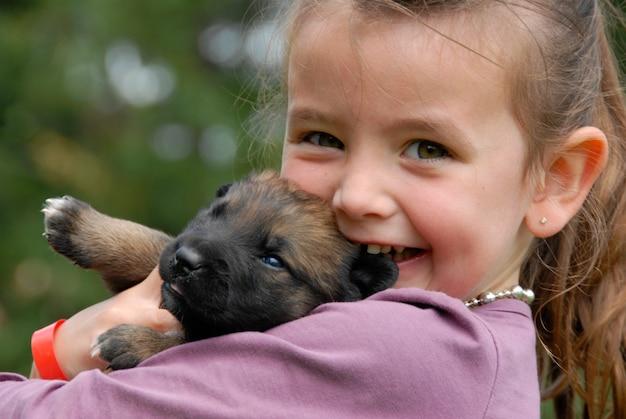 Mała dziewczynka i szczeniak