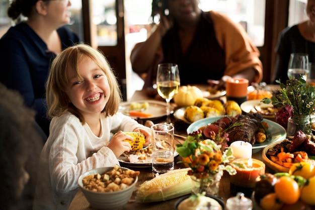 Mała dziewczynka je kukurydzanego dziękczynienia świętowania pojęcie