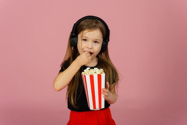 Mała dziewczynka je kukurydzanego pop używać