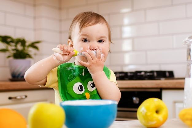 Mała dziewczynka jedzenie w kuchni