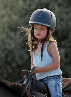 Mała dziewczynka jedzie