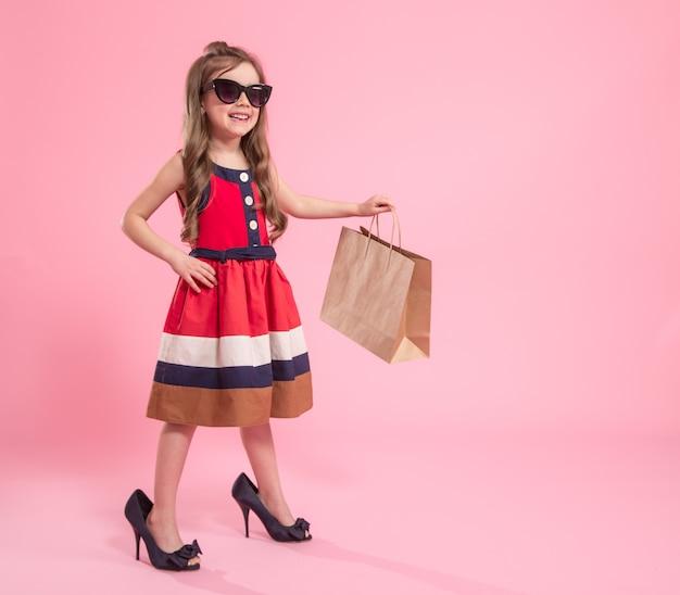 Mała dziewczynka jest fashionistką
