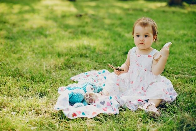 Mała dziewczynka jest odpoczynkowa w parku