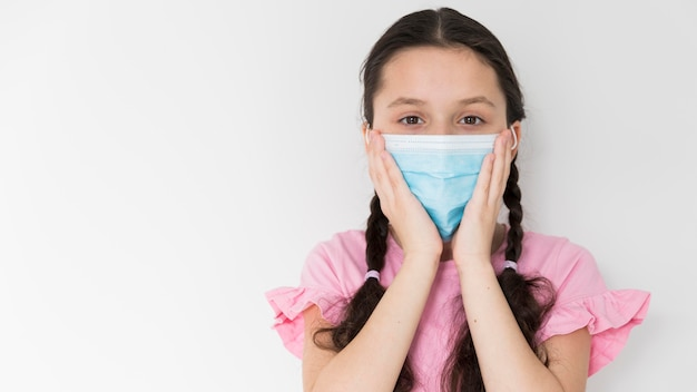 Mała dziewczynka jest ubranym ochrony maskę