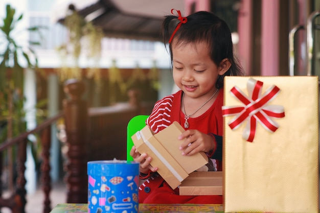 Mała dziewczynka jest zadowolona z rozpakowania pudełka.