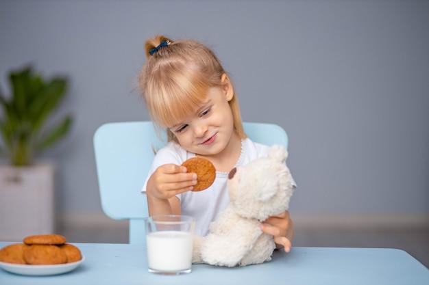 Mała dziewczynka karmi misia