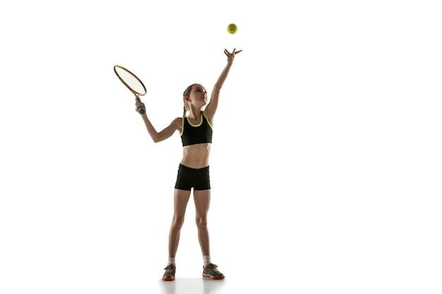 Mała dziewczynka kaukaski grać w tenisa na białym tle na białej ścianie