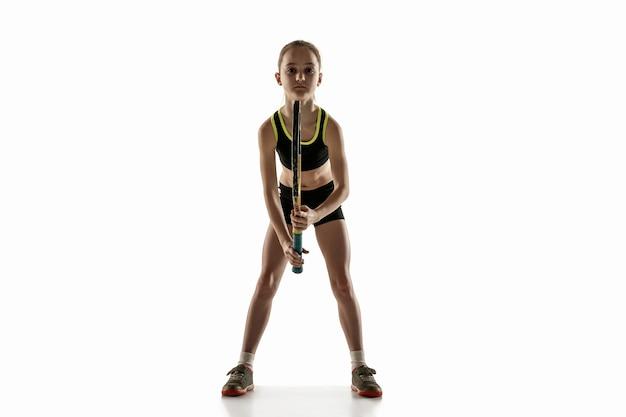 Mała dziewczynka kaukaski, grać w tenisa na białym tle