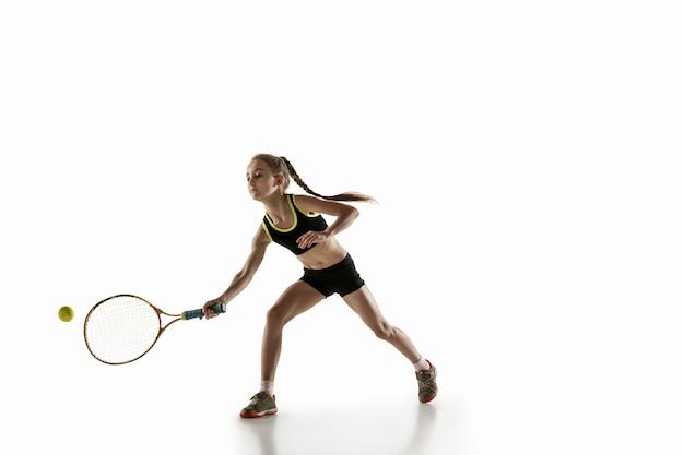 Mała dziewczynka kaukaski grać w tenisa na białym tle