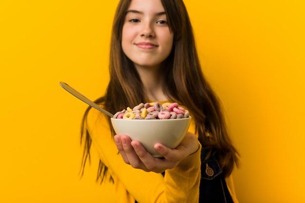 Mała dziewczynka kaukaski holdingcereal miskę