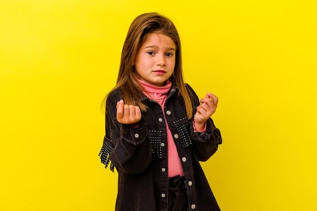 Mała dziewczynka kaukaski na białym tle na żółtym tle pokazując, że nie ma pieniędzy.