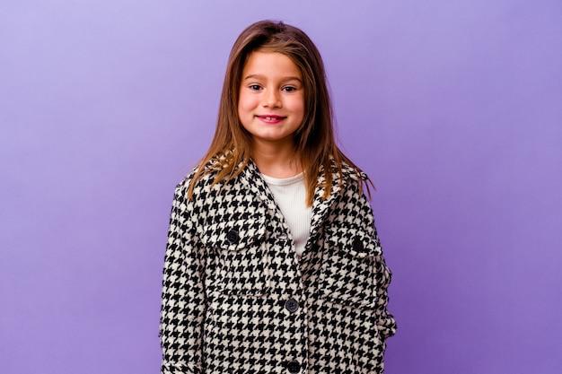 Mała dziewczynka kaukaski na fioletowym tle mała dziewczynka kaukaski na fioletowym tle szczęśliwa, uśmiechnięta i wesoła.