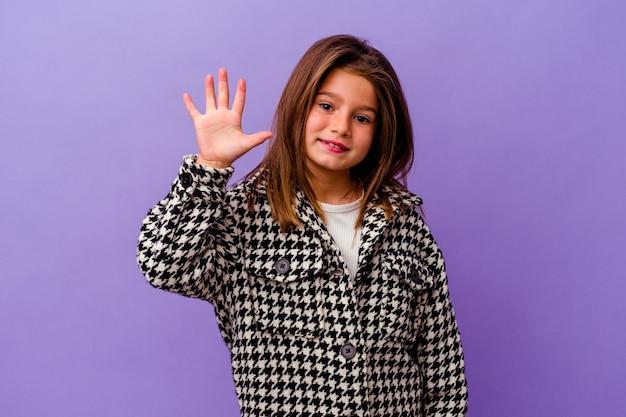 Mała dziewczynka kaukaski samodzielnie na fioletowym tle mała dziewczynka kaukaski samodzielnie na fioletowym tle uśmiechnięty wesoły pokazywanie numer pięć palcami.