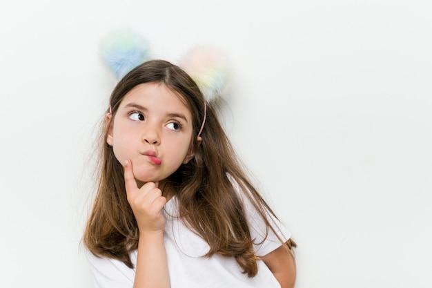 Mała dziewczynka kaukaski z kostium i akcesoria zabawy