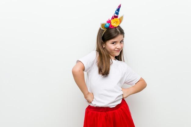 Mała dziewczynka kaukaski z kostiumem i akcesoriami, zabawy